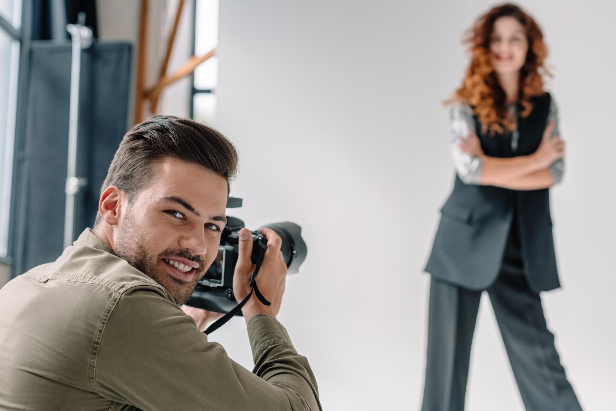 fotografer hænger sammen med modeller en mand spænding ride dating