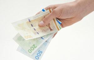 flere penge mellem fingrene